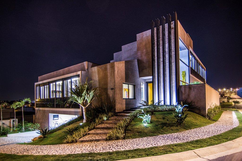 Casa de estilo contempor neo com revestimentos de alto for Fachada de casas modernas estilo oriental