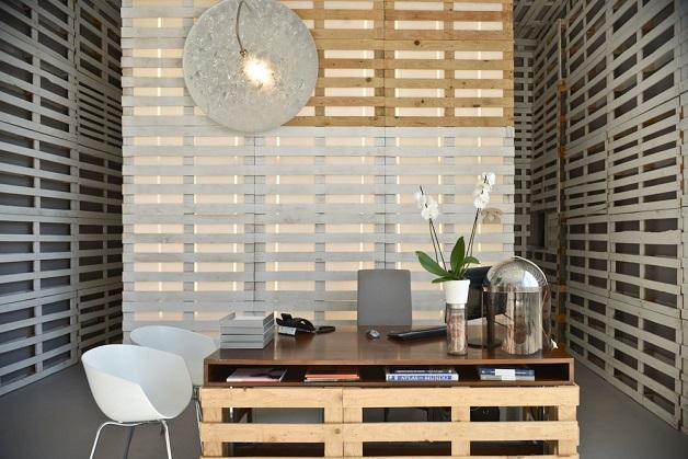 Decoração sustentável: escritório revestido com 1700 pallets