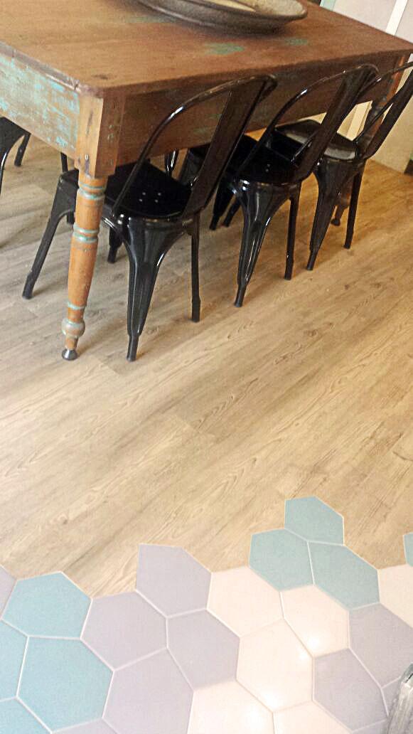 Piso vinílico com aparência de madeira de demolição decora escritório de arquitetura