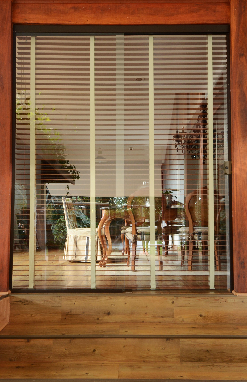 Persianas de madeira levam conforto e sofisticação para residência