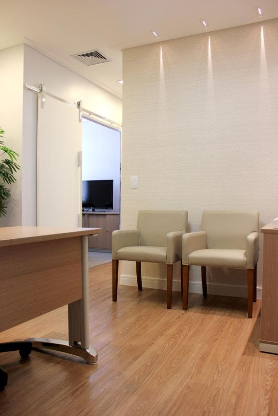 Revestimentos modernos e charmosos decoram escritório de advocacia