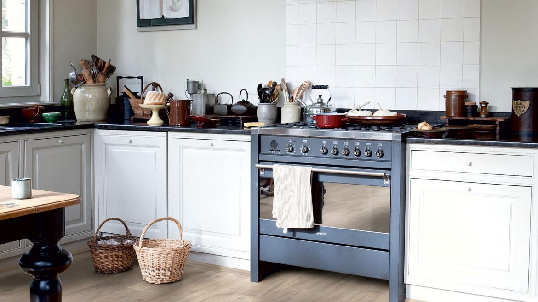 Cozinhas modernas e aconchegantes com pisos amadeirados