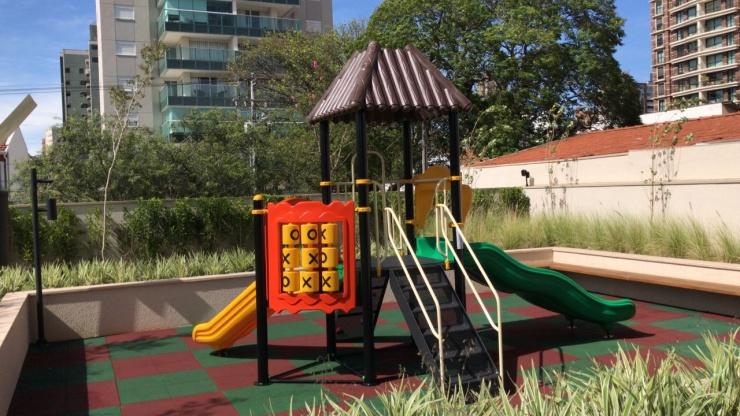 Piso sustentável e que amortece quedas para playground