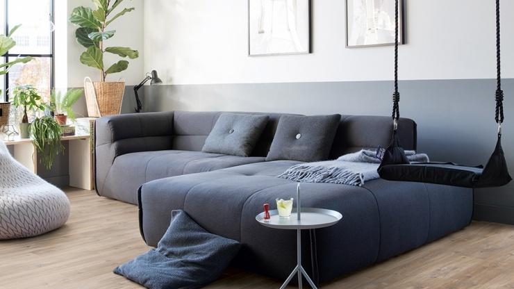 Salas de estar aconchegantes decoradas com pisos madeirados