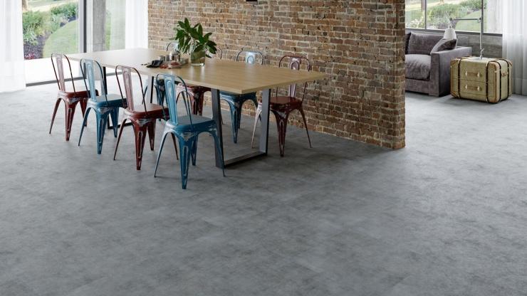 6 ambientes decorados com pisos vinílicos com aparência de pedras e concreto