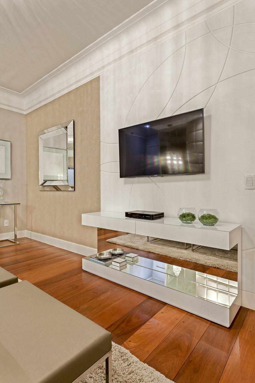 Na suíte do casal o painel da TV foi feito com o painel Mentha, modelo Fly, na cor branca