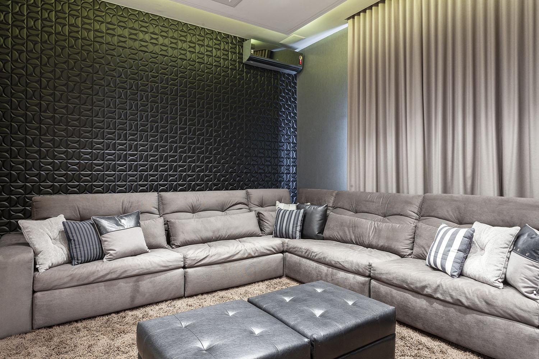 Decopainel na cor preta e com texturas modernas instalado atrás do sofá do Home Theater