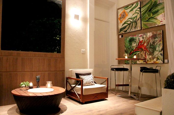 Varanda decorada com piso vinílico; ambiente assinado pelas arquitetas Edna Figueiredo e Samara Filigoi