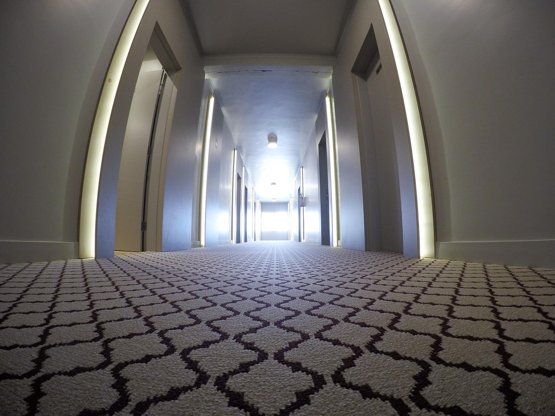 Hotel renova corredores com carpete personalizado