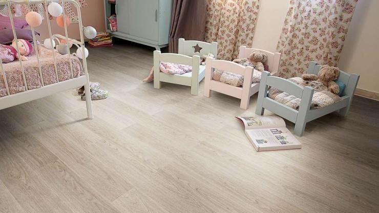 Para inspirar: quartos decorados com pisos de madeira clara